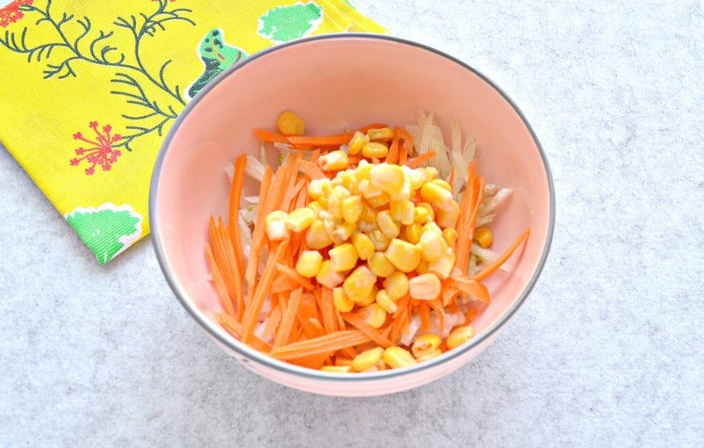 Фото рецепта - Салат с редькой и кукурузой - шаг 3