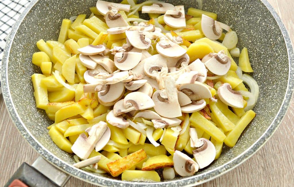 Фото рецепта - Картофель на сковороде с шампиньонами и помидорами - шаг 3