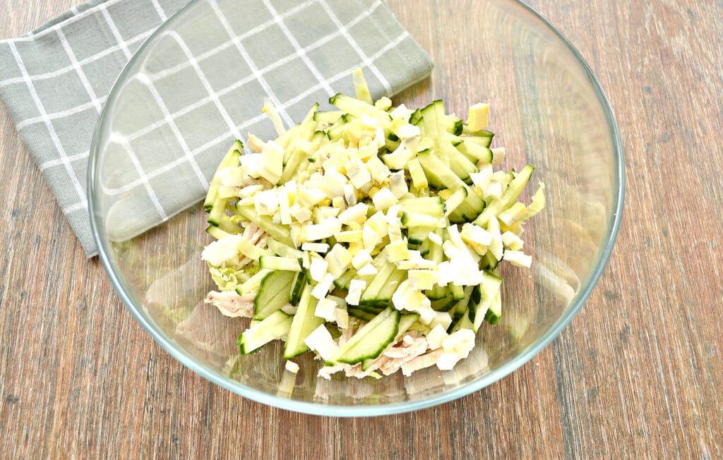 Фото рецепта - Капустный салат с курицей и кукурузой - шаг 4