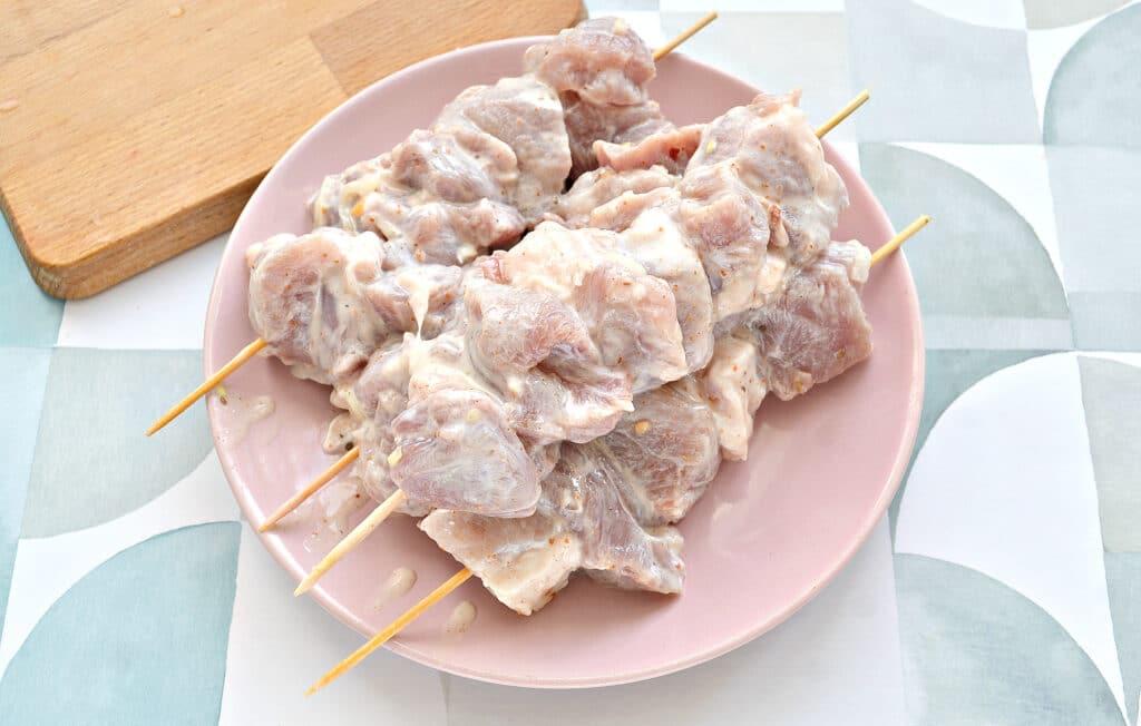 Фото рецепта - Шашлык из свинины в духовке на кефире - шаг 4