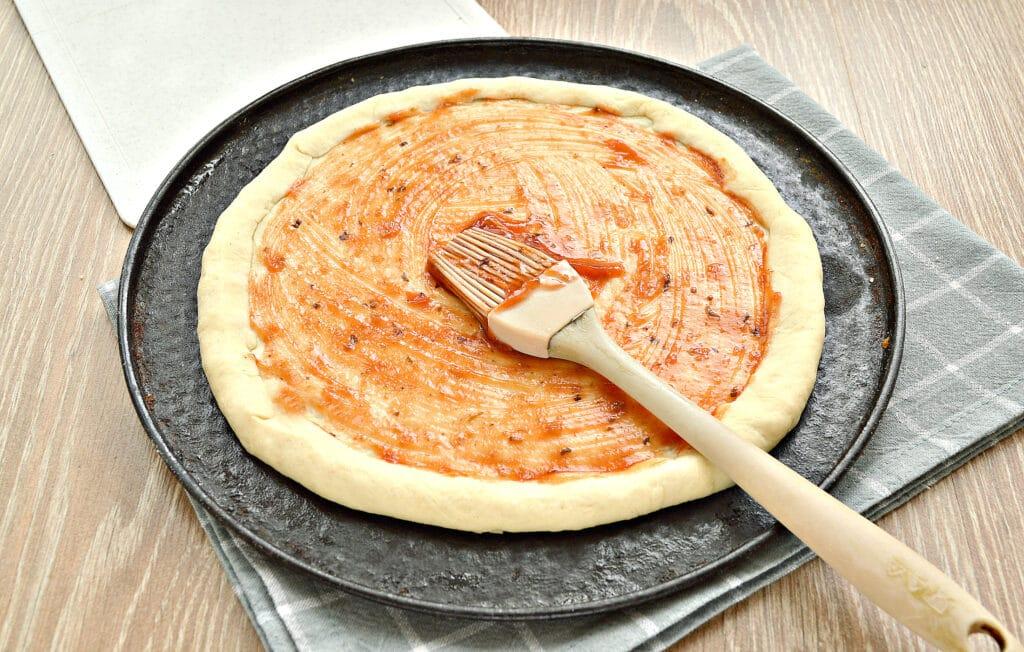 Фото рецепта - Быстрая пицца с колбасой и сыром в духовке - шаг 4