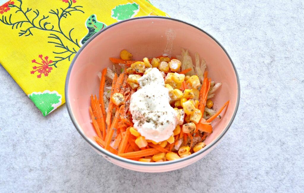 Фото рецепта - Салат с редькой и кукурузой - шаг 4