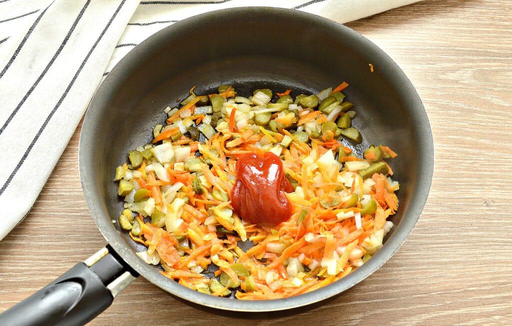 Фото рецепта - Суп с капустой и малосольными огурчиками - шаг 4