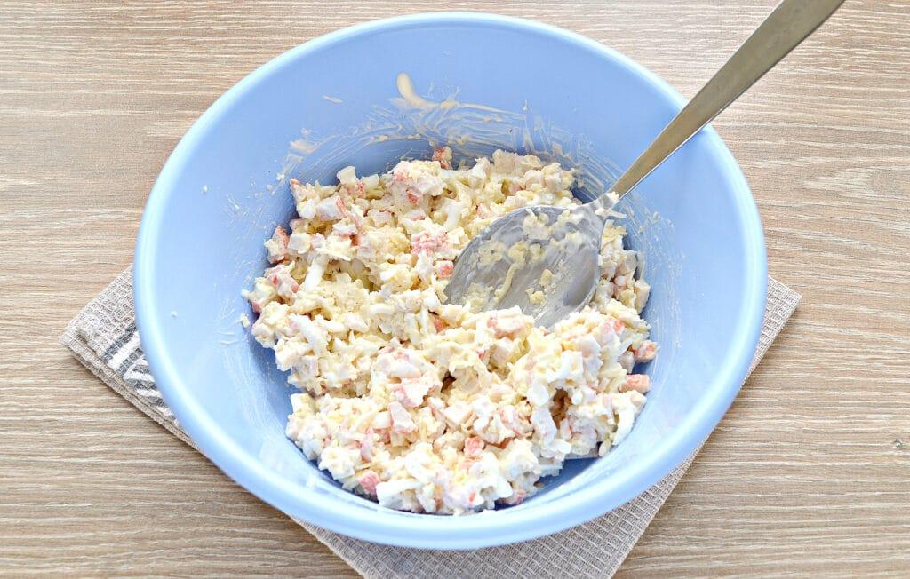 Фото рецепта - Закусочные бутерброды с крабовыми палочками и сыром - шаг 4