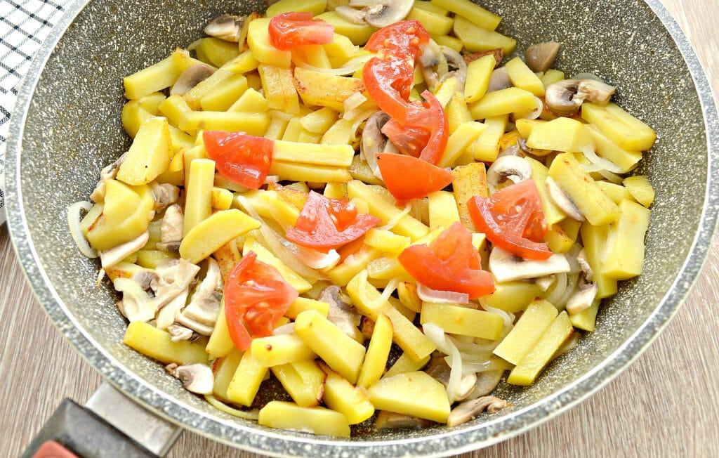 Фото рецепта - Картофель на сковороде с шампиньонами и помидорами - шаг 4