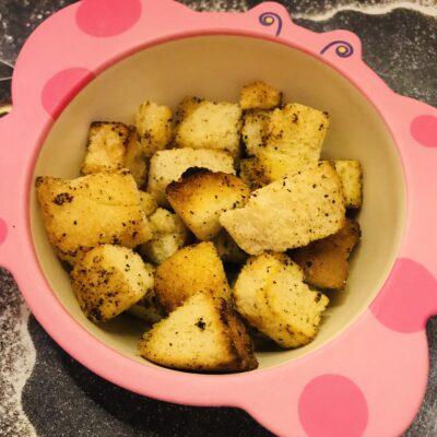 Сухарики из белого хлеба с чесноком и специями - рецепт с фото