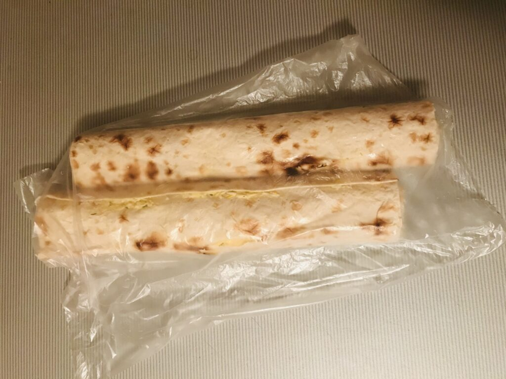 Фото рецепта - Рулет из лаваша с чесночно-сырной начинкой - шаг 7