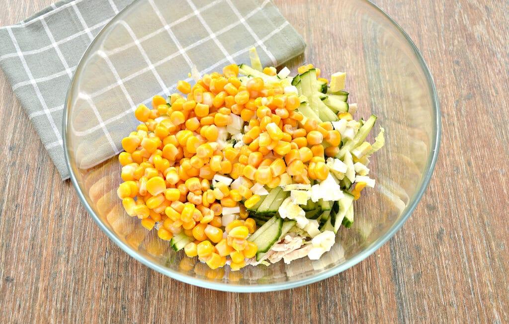 Фото рецепта - Капустный салат с курицей и кукурузой - шаг 5