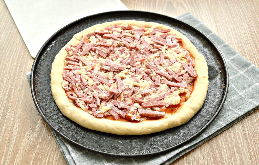 Фото рецепта - Быстрая пицца с колбасой и сыром в духовке - шаг 5