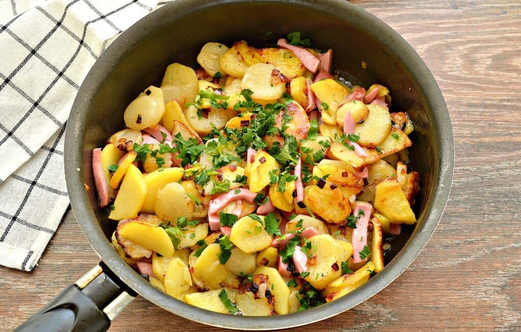 Фото рецепта - Жареный картофель с луком и колбасой - шаг 5
