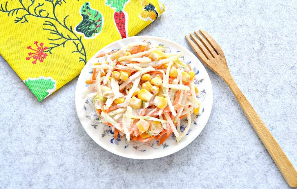 Фото рецепта - Салат с редькой и кукурузой - шаг 5