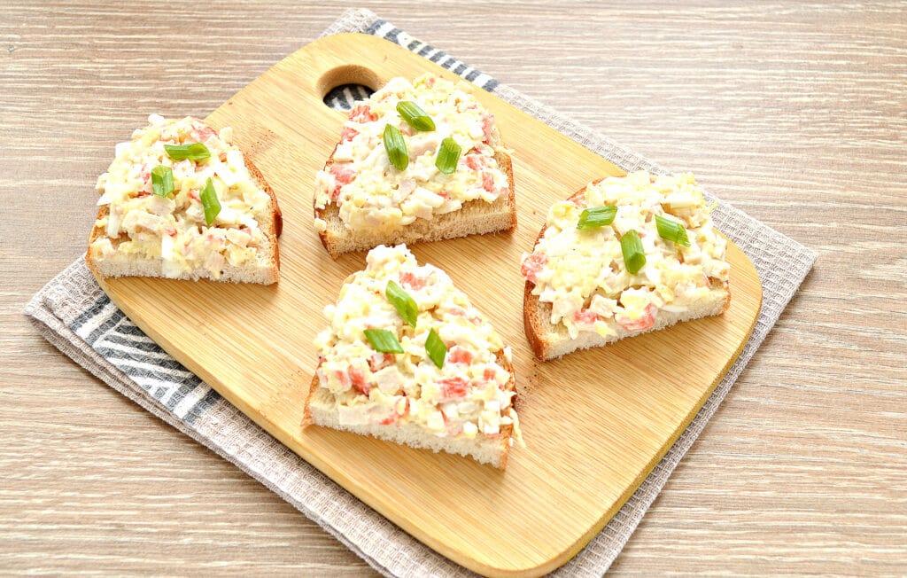Фото рецепта - Закусочные бутерброды с крабовыми палочками и сыром - шаг 5