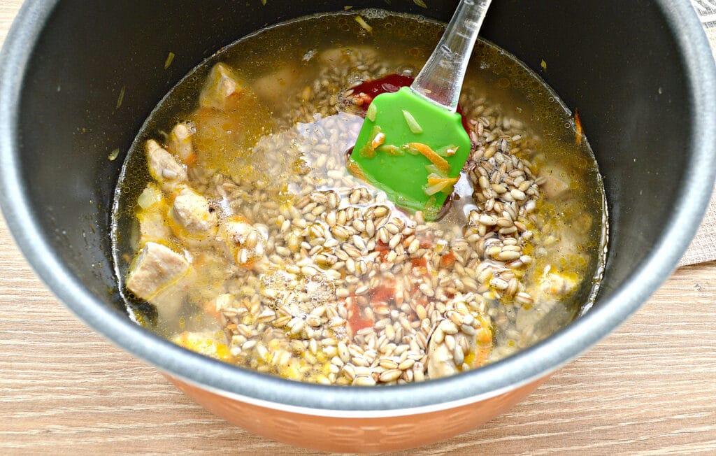 Фото рецепта - Плов из перловки с курицей в мультиварке - шаг 5