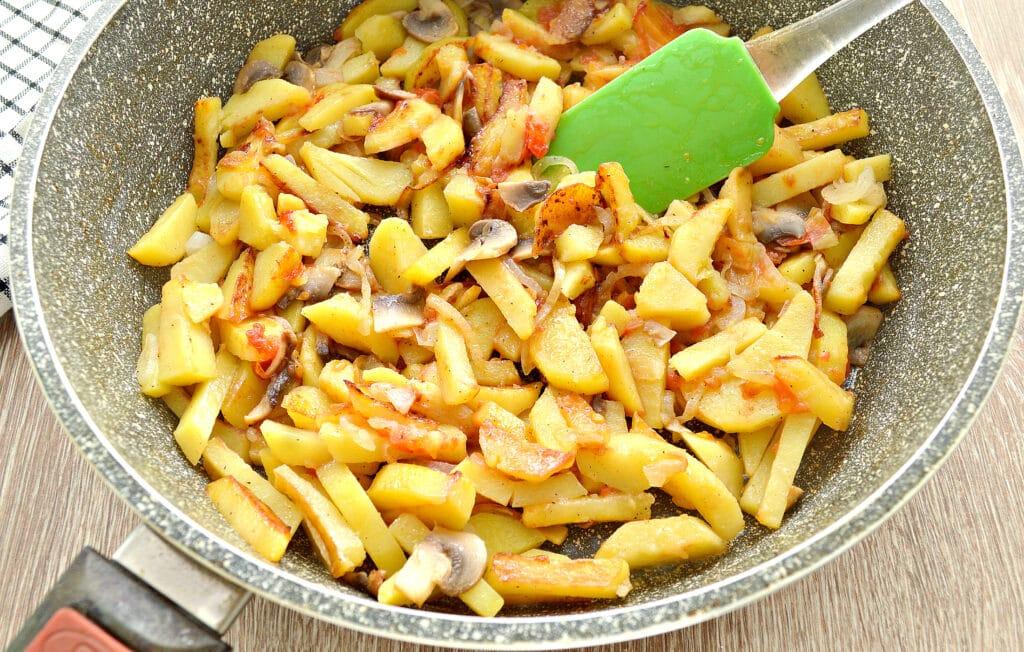 Фото рецепта - Картофель на сковороде с шампиньонами и помидорами - шаг 5