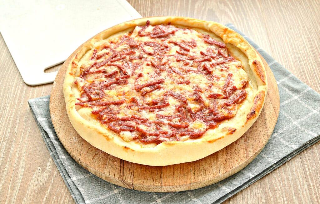 Фото рецепта - Быстрая пицца с колбасой и сыром в духовке - шаг 6