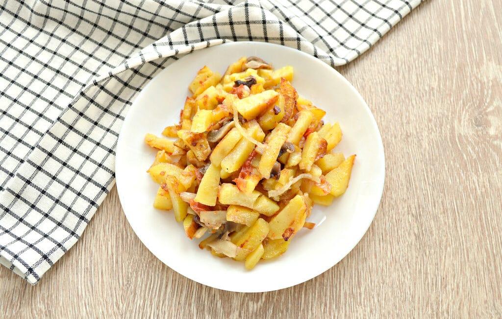 Фото рецепта - Картофель на сковороде с шампиньонами и помидорами - шаг 6