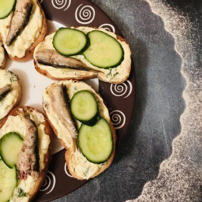 Бутерброды со шпротами с пикантным соусом - рецепт с фото