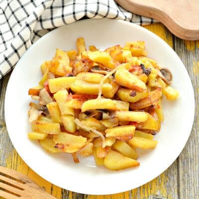Картофель на сковороде с шампиньонами и помидорами - рецепт с фото