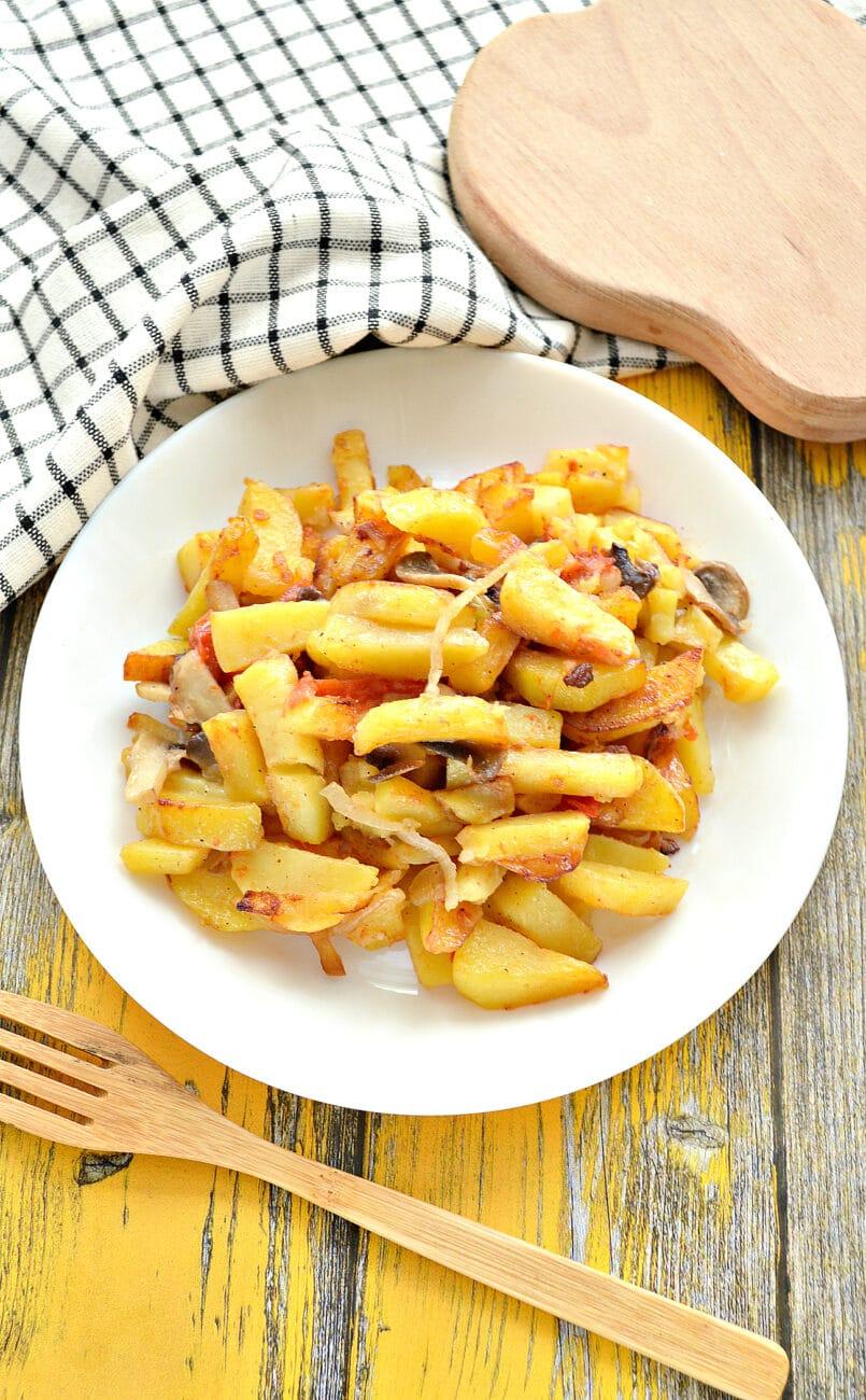 Картофель на сковороде с шампиньонами и помидорами