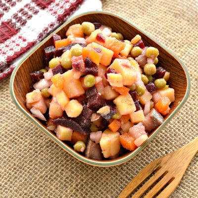 Салат со свеклой, горошком и селедкой - рецепт с фото