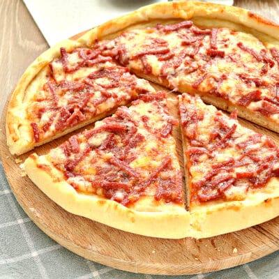 Быстрая пицца с колбасой и сыром в духовке - рецепт с фото