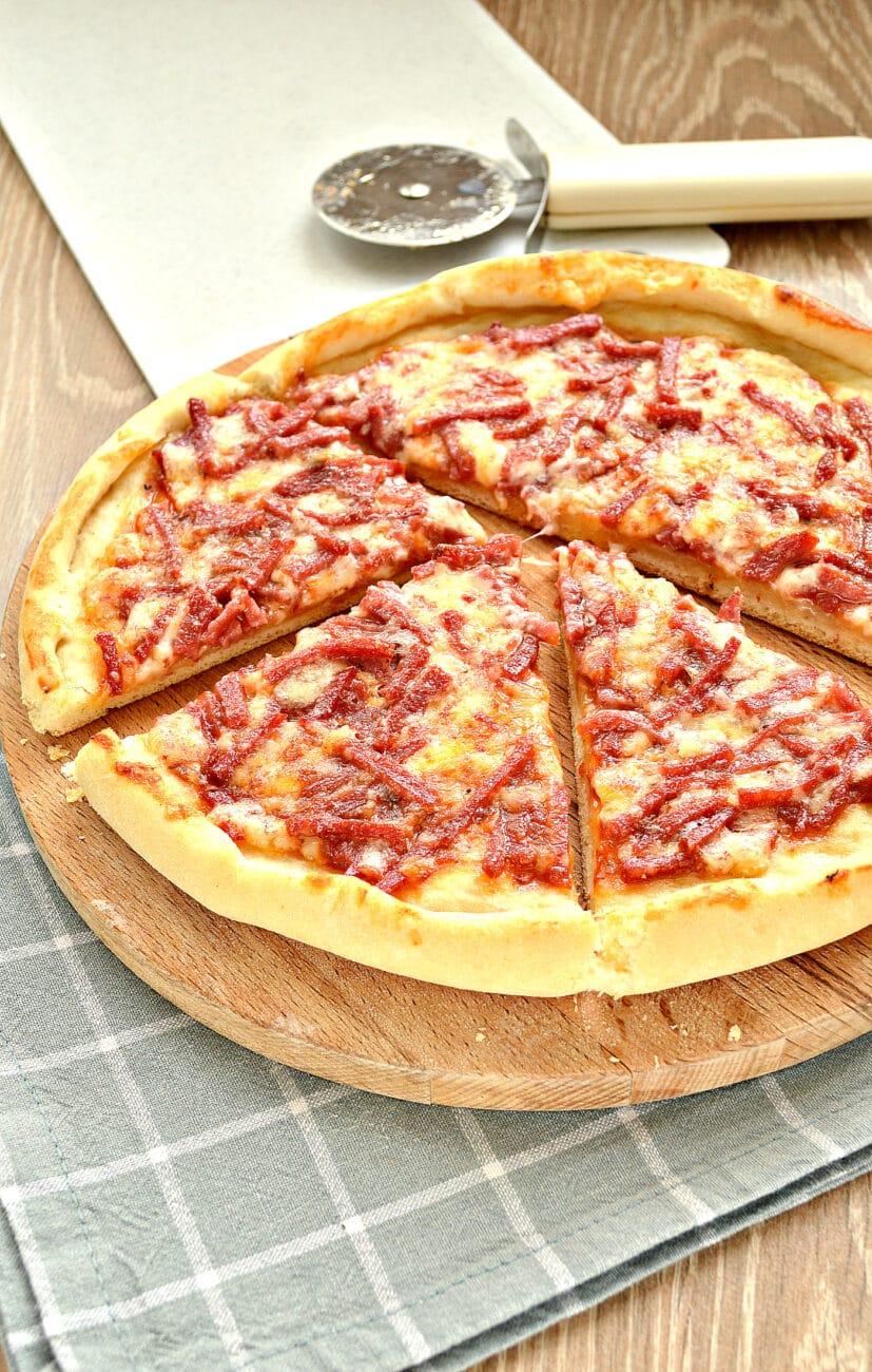 Быстрая пицца с колбасой и сыром в духовке
