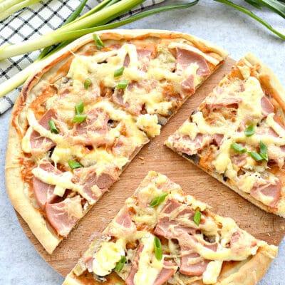 Грибная пицца с колбасой и сыром - рецепт с фото