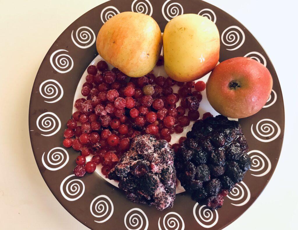 Фото рецепта - Компот из ежемалины, смородины и яблок - шаг 1