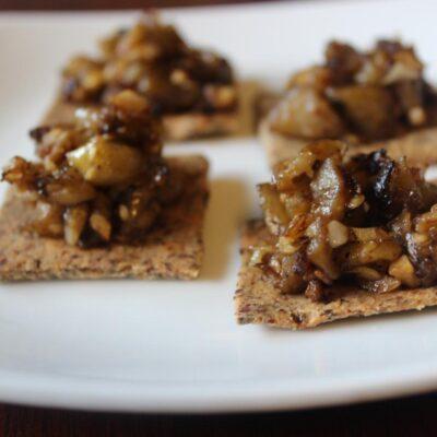 Салат из баклажанов на крекерах - рецепт с фото