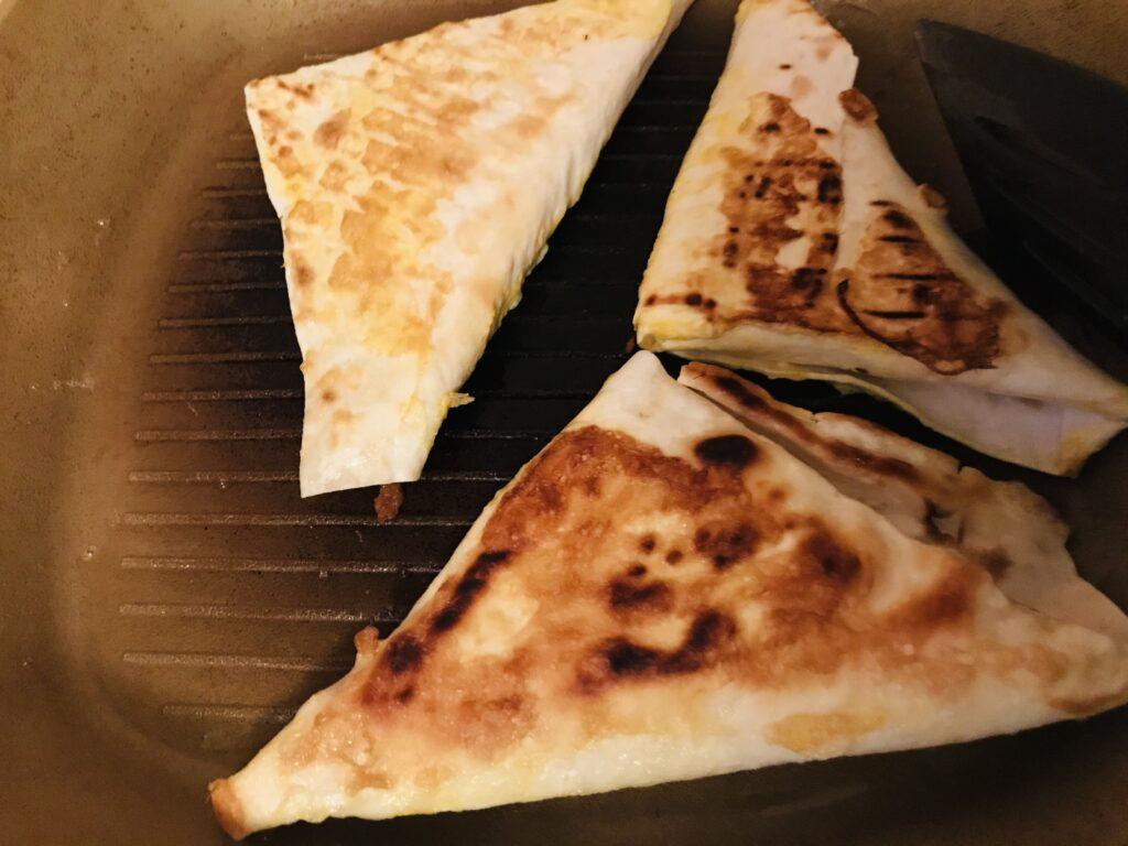 Фото рецепта - «Треугольники» из лаваша с колбасой и сыром - шаг 6