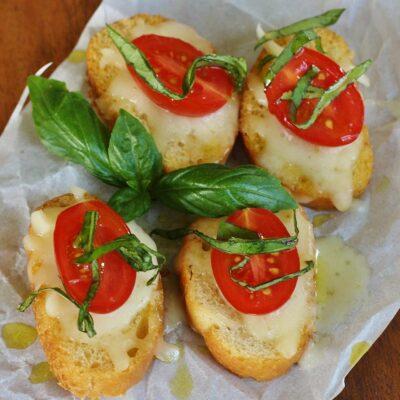 Бутерброд с моцареллой и черри - рецепт с фото
