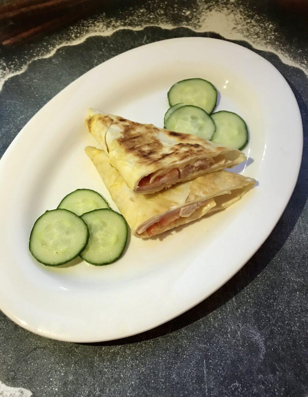 «Треугольники» из лаваша с колбасой и сыром