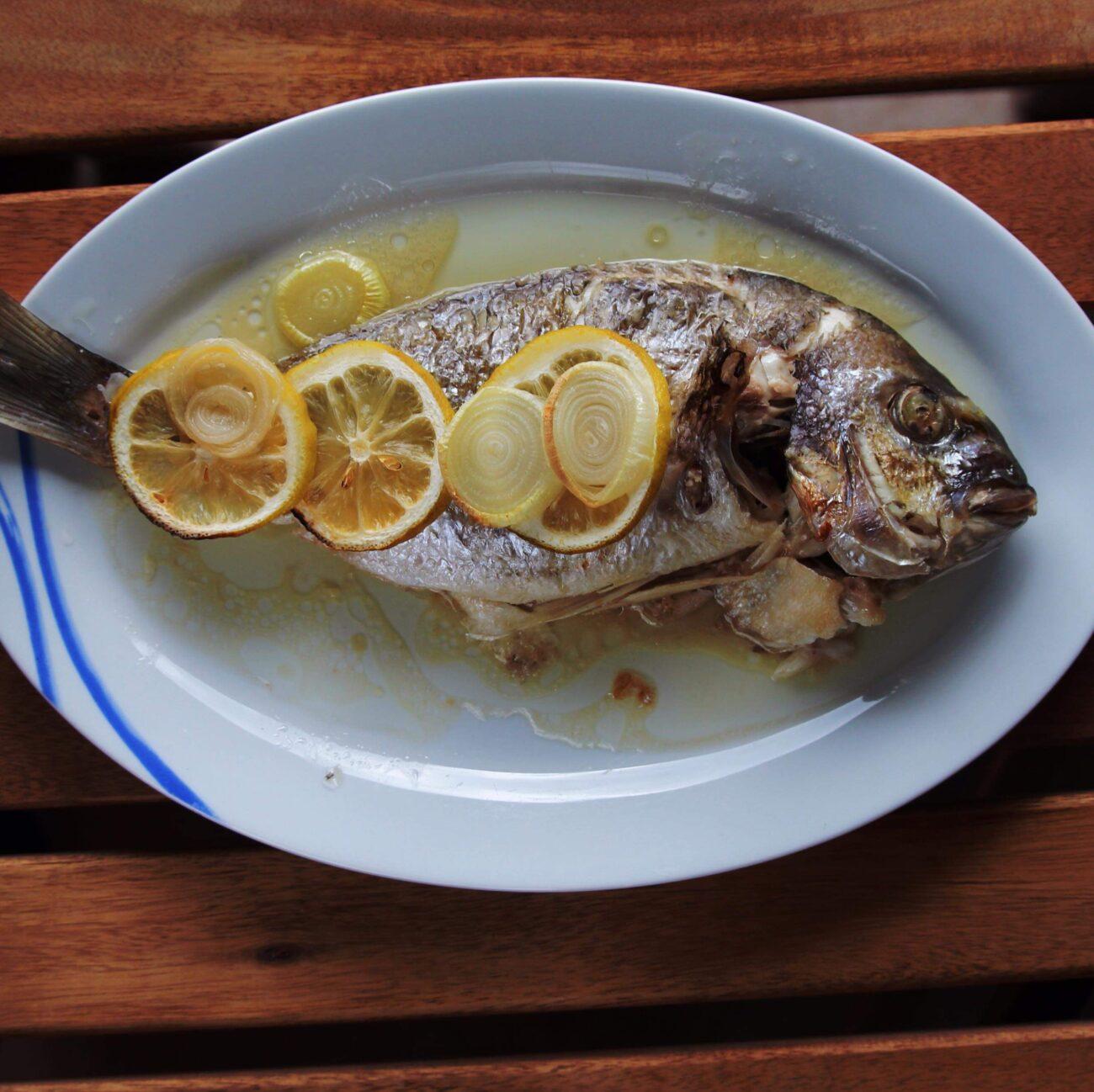 Запеченная рыба сибас по-средиземноморски