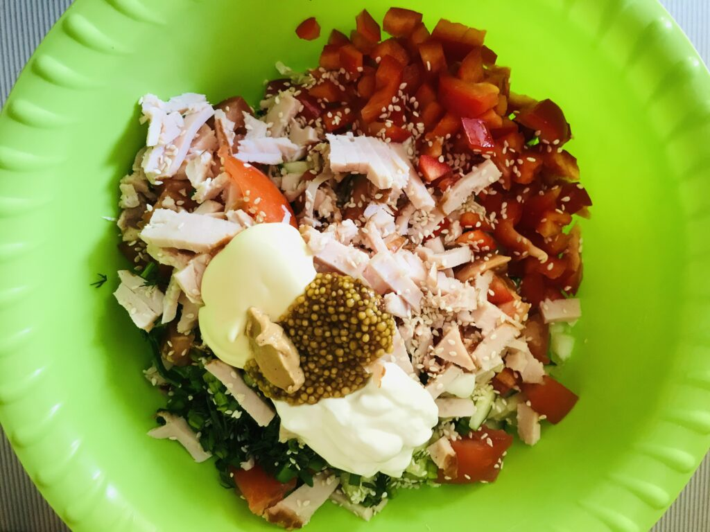 Фото рецепта - Овощной салат с копченой куриной грудкой - шаг 5