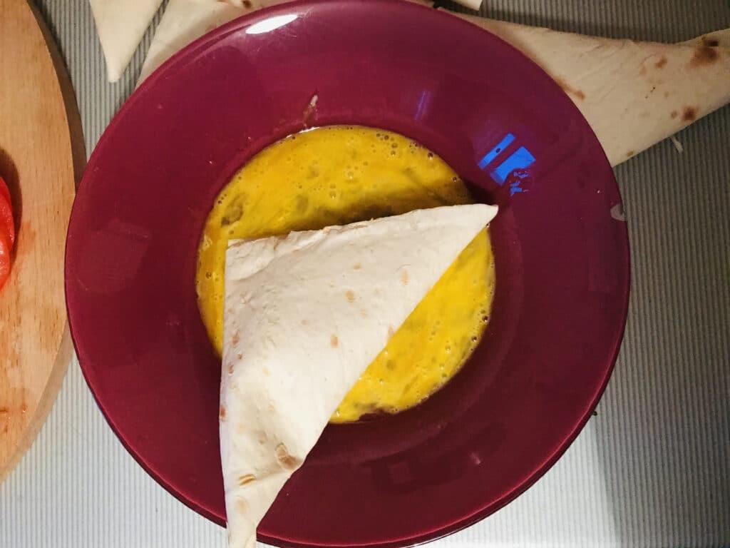 Фото рецепта - «Треугольники» из лаваша с колбасой и сыром - шаг 5