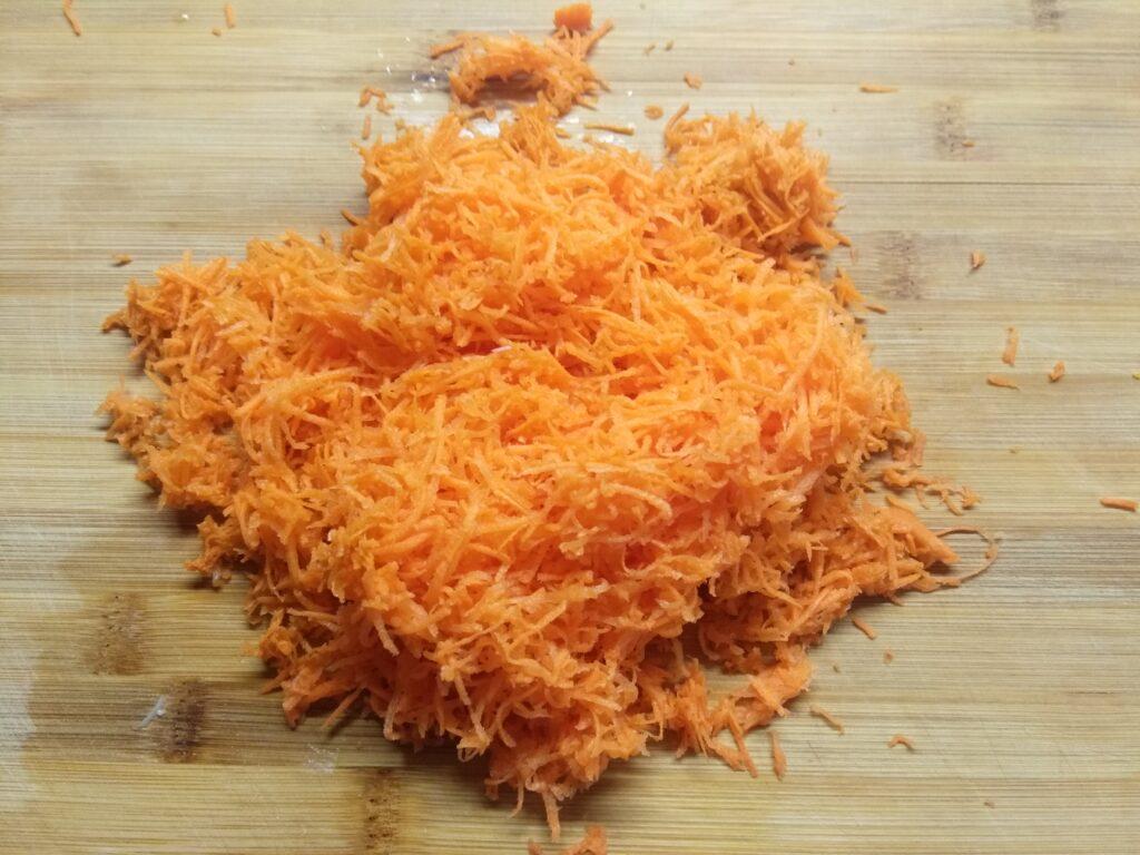 Фото рецепта - Макароны с мясом, луком и морковью - шаг 2