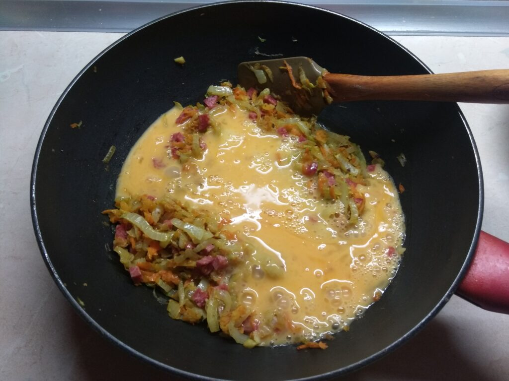 Фото рецепта - Яичная запеканка с капустой и салями - шаг 6
