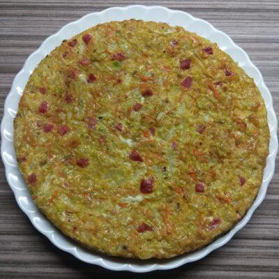Яичная запеканка с капустой и салями - рецепт с фото