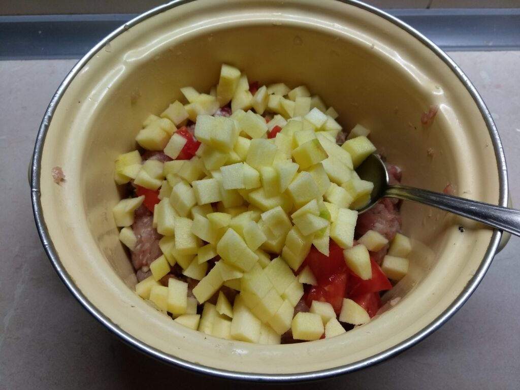 Фото рецепта - Мясной хлебец с помидорами и яблоками - шаг 5