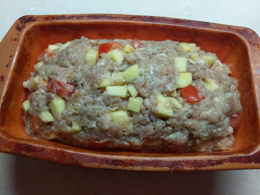 Фото рецепта - Мясной хлебец с помидорами и яблоками - шаг 6