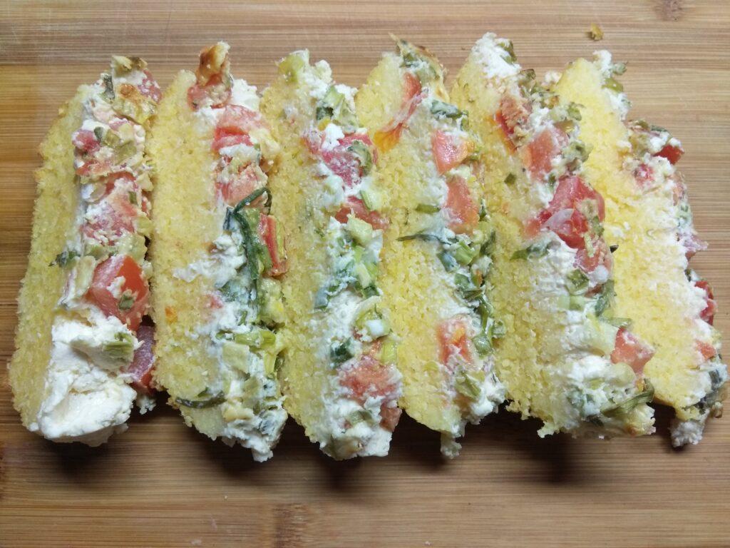 Фото рецепта - Кукурузный кекс с помидорами и зелёным луком - шаг 7