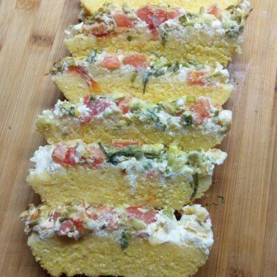 Кукурузный кекс с помидорами и зелёным луком - рецепт с фото