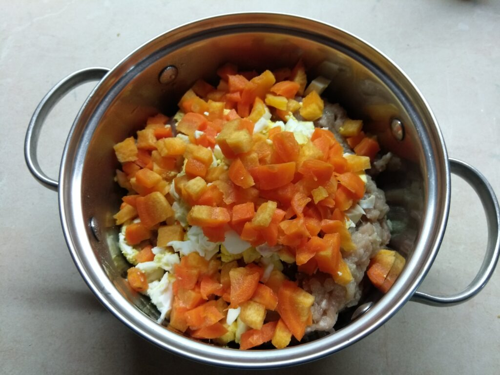 Фото рецепта - Мясной хлебец с морковью и яйцом - шаг 3