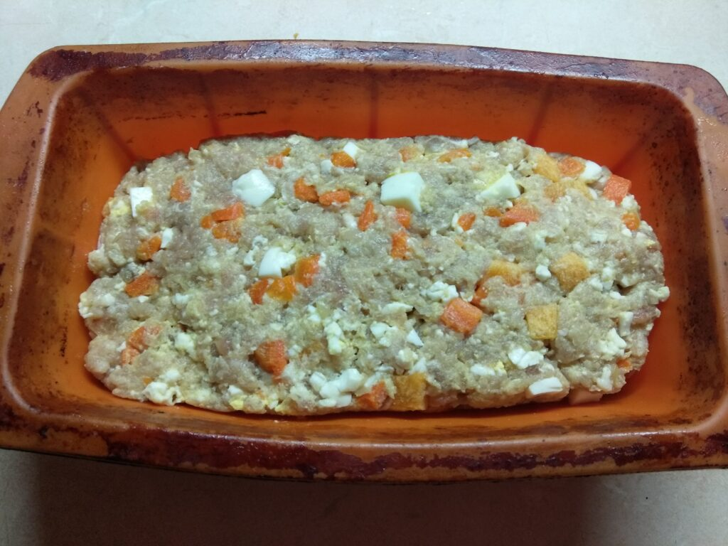 Фото рецепта - Мясной хлебец с морковью и яйцом - шаг 4