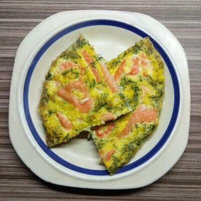 Омлет с лососем и петрушкой в духовке - рецепт с фото