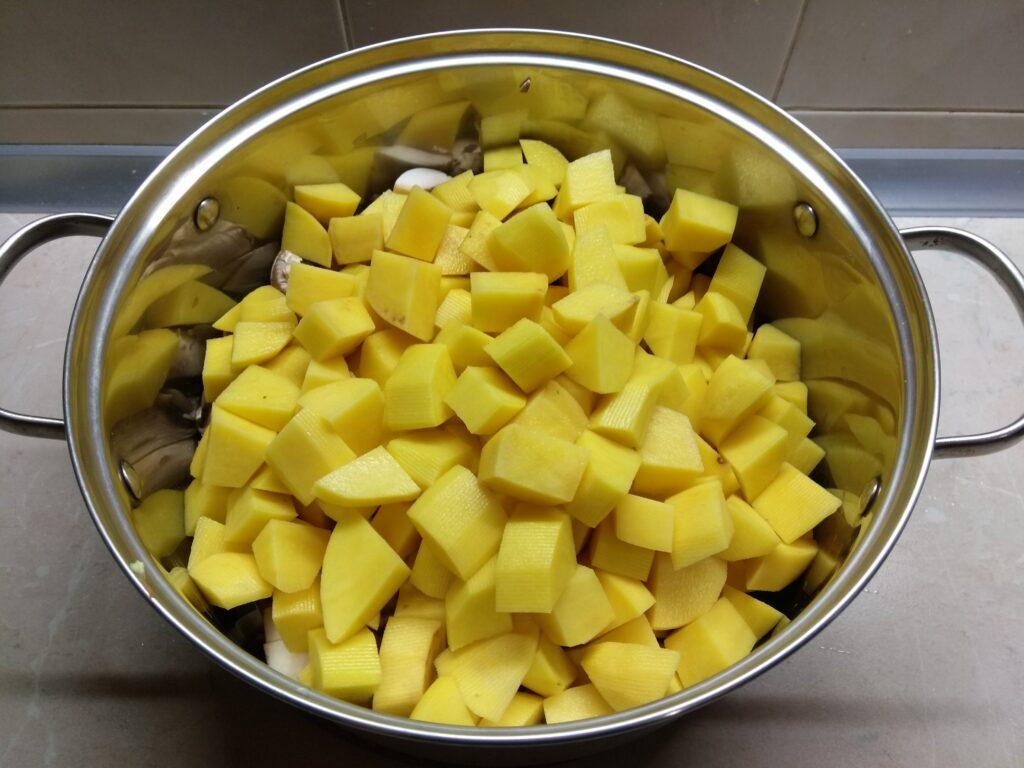 Фото рецепта - Рагу с картошкой, капустой и шампиньонами - шаг 4