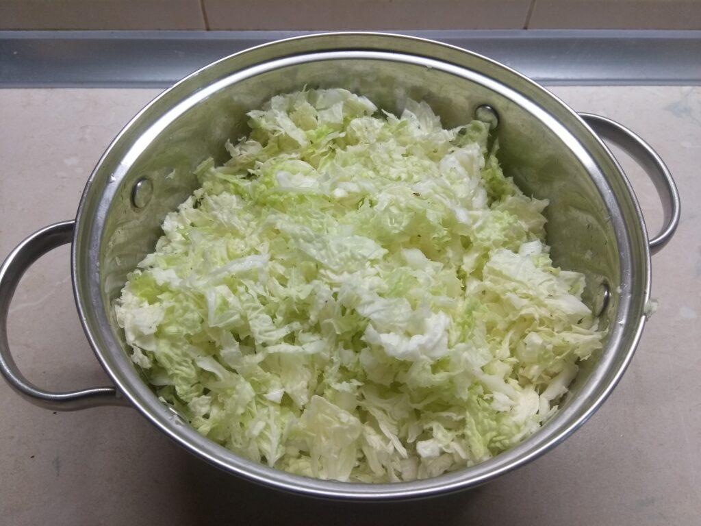 Фото рецепта - Салат с капустой, острым перцем, балыком и арахисом - шаг 1