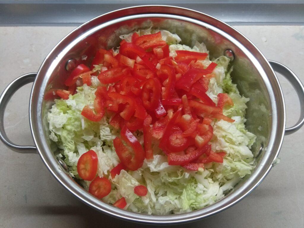 Фото рецепта - Салат с капустой, острым перцем, балыком и арахисом - шаг 2