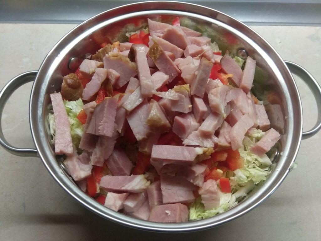 Фото рецепта - Салат с капустой, острым перцем, балыком и арахисом - шаг 3