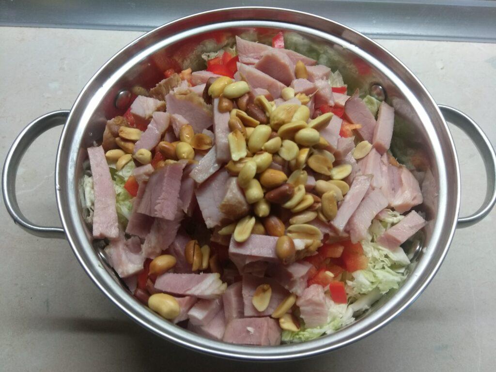 Фото рецепта - Салат с капустой, острым перцем, балыком и арахисом - шаг 4